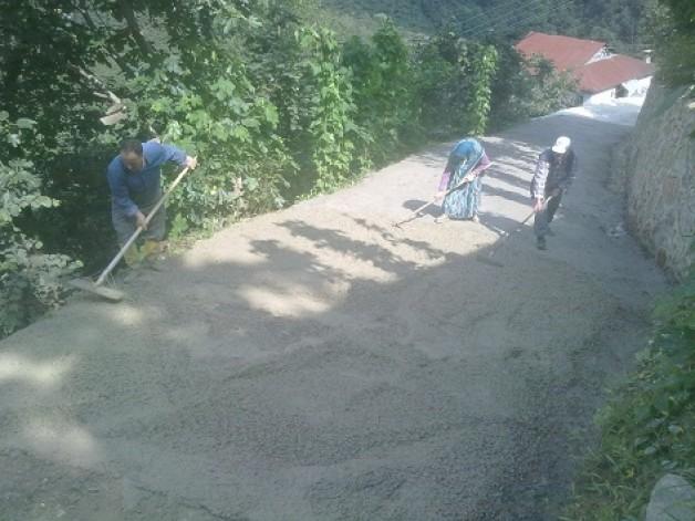 Ustalı mahalle yolu betonlanıyor.
