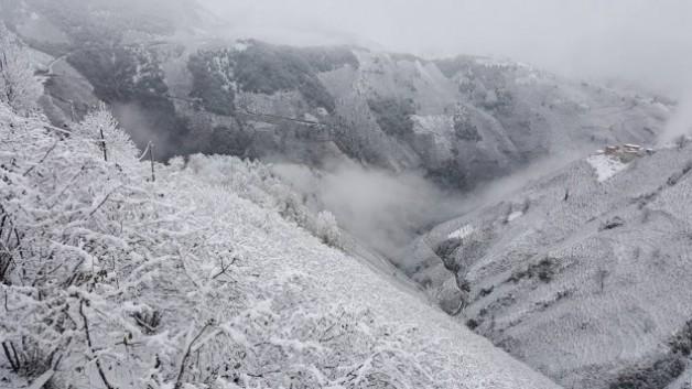 Kar yağdı. Çatak Köyü beyaza büründü.