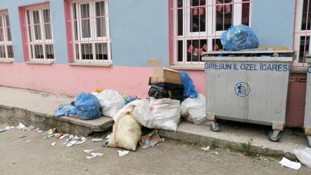 Çatak Köyünde Çöpler yığılmaya devam ediyor.