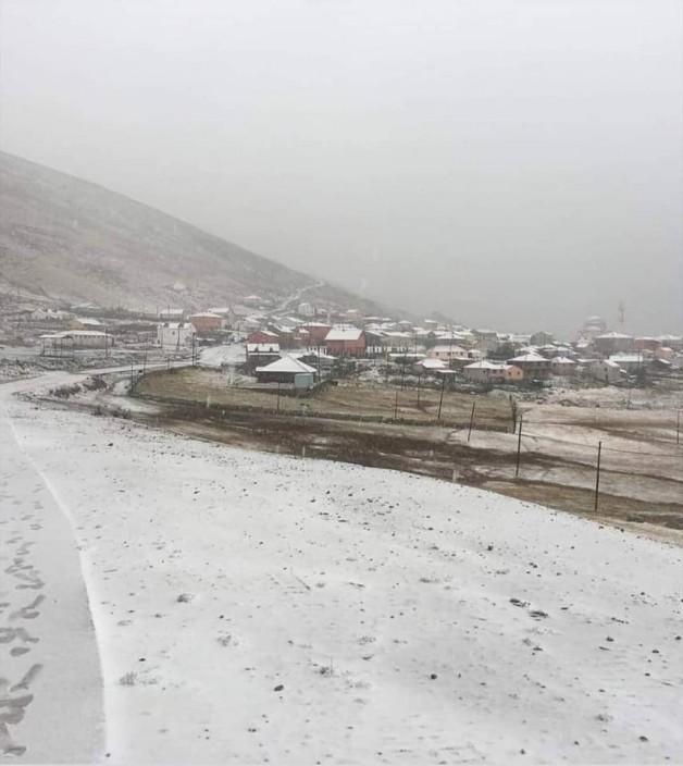 Karadeniz yaylalarında kar yağıyor.